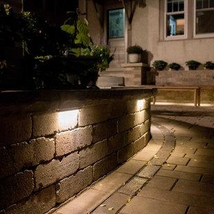 Esempio di un piccolo patio o portico etnico dietro casa con pavimentazioni in pietra naturale e nessuna copertura