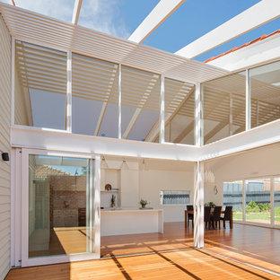 Idee per un patio o portico stile marinaro di medie dimensioni e in cortile con pedane e una pergola