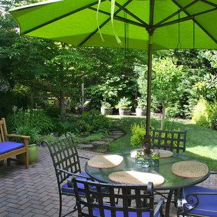 Idee per un patio o portico tradizionale dietro casa con pavimentazioni in mattoni