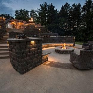 Modelo de patio tradicional renovado, grande, sin cubierta, en patio trasero, con brasero y losas de hormigón
