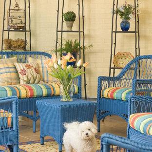 Esempio di un patio o portico eclettico con piastrelle