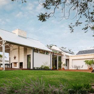 Ispirazione per un patio o portico country di medie dimensioni e dietro casa con pedane e un tetto a sbalzo