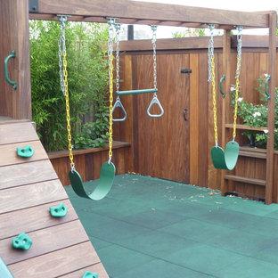 Idee per un grande patio o portico design con un giardino in vaso, pavimentazioni in cemento e una pergola