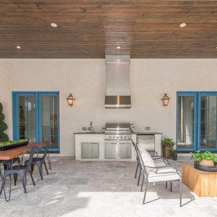 Idee per un patio o portico classico di medie dimensioni e dietro casa con pavimentazioni in pietra naturale e nessuna copertura