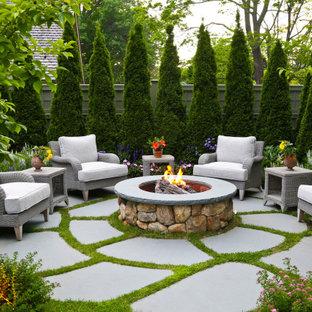 Imagen de patio tradicional, sin cubierta, en patio trasero, con brasero