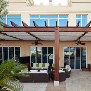 Idee per un grande patio o portico mediterraneo dietro casa con un giardino in vaso, graniglia di granito e un gazebo o capanno