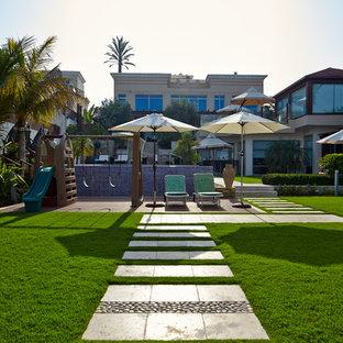 Imagen de patio mediterráneo, grande, en patio trasero, con jardín de macetas, granito descompuesto y pérgola