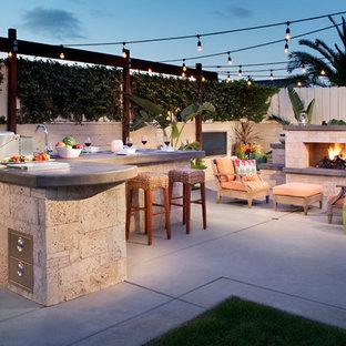 Unbedeckter, Mittelgroßer Tropischer Patio hinter dem Haus mit Outdoor-Küche und Betonplatten in San Diego