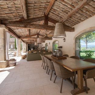 Idées déco pour une très grande terrasse et balcon méditerranéenne avec une extension de toiture.