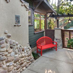 Idee per un piccolo patio o portico stile americano nel cortile laterale con lastre di cemento e nessuna copertura