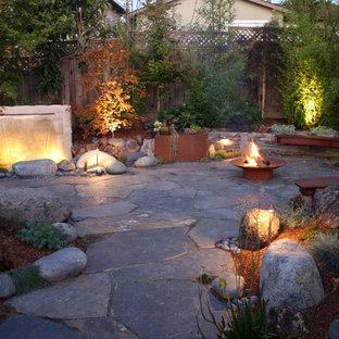 Immagine di un patio o portico etnico dietro casa con un focolare
