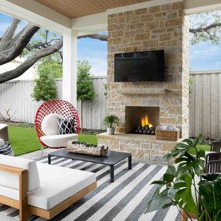Ispirazione per un patio o portico stile marinaro dietro casa con un caminetto