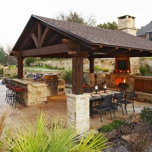 Diseño de patio clásico con brasero y cenador