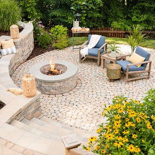 Esempio di un patio o portico classico di medie dimensioni e dietro casa con un focolare, pavimentazioni in cemento e nessuna copertura