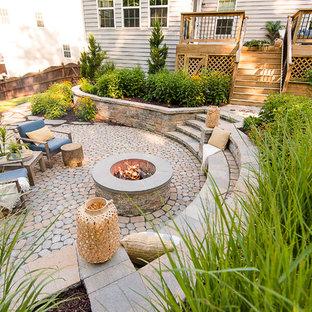 Diseño de patio tradicional renovado, de tamaño medio, sin cubierta, en patio trasero, con brasero y adoquines de hormigón