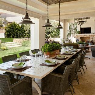 Idée de décoration pour une terrasse méditerranéenne avec un foyer extérieur et une extension de toiture.