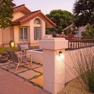 Стильный дизайн: большой дворик на внутреннем дворе в средиземноморском стиле с местом для костра и покрытием из каменной брусчатки - последний тренд