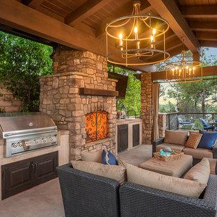 Idee per un patio o portico mediterraneo di medie dimensioni e dietro casa con un gazebo o capanno e un caminetto