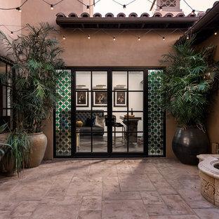Foto di un ampio patio o portico mediterraneo in cortile con fontane, pavimentazioni in pietra naturale e nessuna copertura