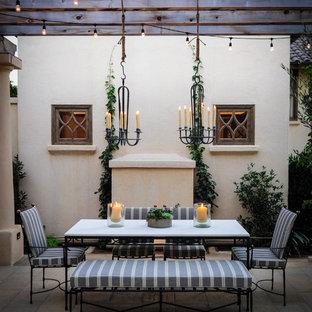 Foto di un patio o portico mediterraneo con una pergola