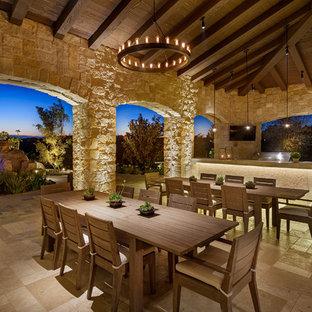 Ispirazione per un patio o portico mediterraneo con un tetto a sbalzo