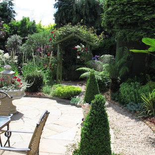 Esempio di un patio o portico mediterraneo di medie dimensioni e in cortile con pavimentazioni in pietra naturale e nessuna copertura