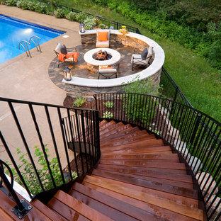 Diseño de patio tradicional con brasero y entablado