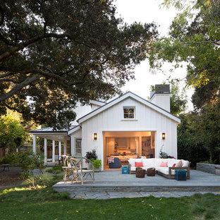 Ispirazione per un patio o portico country di medie dimensioni e dietro casa con pavimentazioni in pietra naturale e nessuna copertura