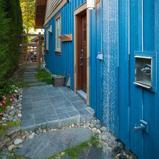 Ejemplo de patio clásico, en patio lateral, con ducha exterior