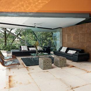 Exemple d'une très grande terrasse et balcon arrière industrielle avec du carrelage et une extension de toiture.