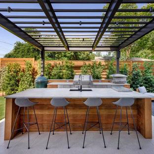 Idee per un patio o portico contemporaneo di medie dimensioni e dietro casa con un tetto a sbalzo