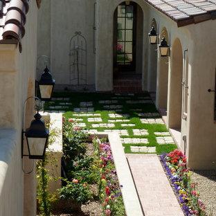 Imagen de patio mediterráneo, pequeño, sin cubierta, en patio, con jardín de macetas y suelo de baldosas