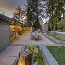 Modern Patio by David Thorne Landscape Architect