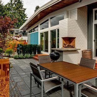 Mittelgroßer, Unbedeckter Retro Patio hinter dem Haus mit Betonplatten in Vancouver