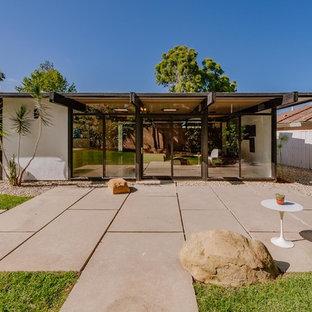 Foto di un patio o portico moderno di medie dimensioni e dietro casa con cemento stampato