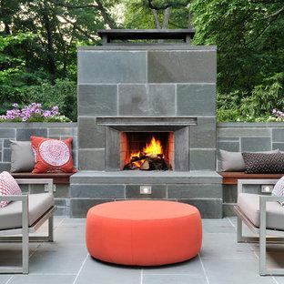Modelo de patio retro, de tamaño medio, sin cubierta, en patio trasero, con brasero y adoquines de piedra natural