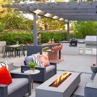 Foto de patio vintage, en patio trasero, con cocina exterior, losas de hormigón y pérgola