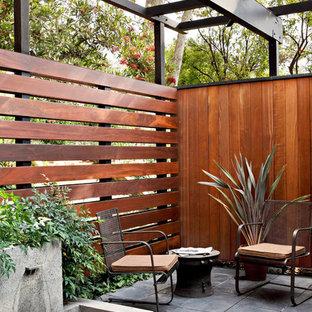 Imagen de patio retro con fuente y pérgola