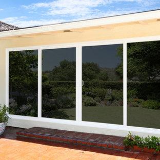 Aménagement d'une terrasse arrière classique de taille moyenne avec aucune couverture et des pavés en brique.