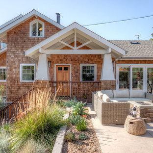 Foto di un patio o portico american style di medie dimensioni e davanti casa con un focolare, lastre di cemento e nessuna copertura