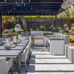 Diseño de patio clásico renovado, en patio trasero, con cocina exterior y pérgola