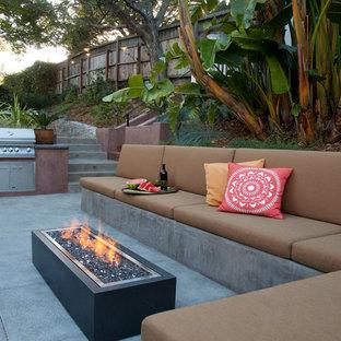 Ispirazione per un patio o portico minimal con un focolare