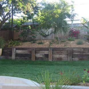 Cette photo montre un mur végétal de terrasse arrière sud-ouest américain de taille moyenne avec des pavés en brique et aucune couverture.