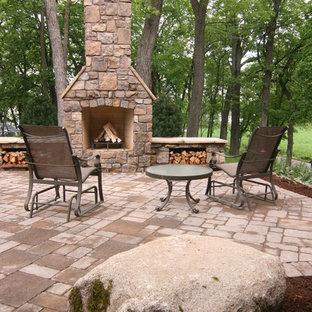 Idee per un grande patio o portico rustico nel cortile laterale con un focolare, pavimentazioni in cemento e nessuna copertura
