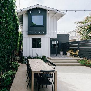 Kleiner, Unbedeckter Maritimer Patio hinter dem Haus mit Betonplatten in Orange County