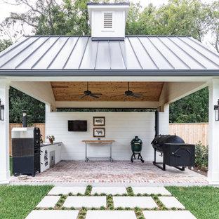 На фото: беседка во дворе частного дома среднего размера на заднем дворе в стиле кантри с летней кухней и мощением клинкерной брусчаткой с