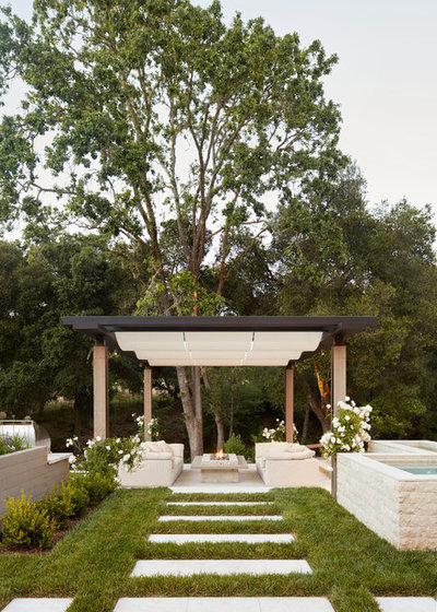 Country Patio by BLUEWAGON LANDSCAPE & DESIGN INC