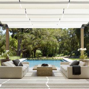 Foto de patio moderno, en patio trasero, con brasero y pérgola