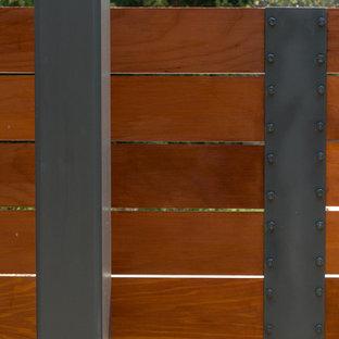 Ejemplo de patio moderno, de tamaño medio, con pérgola