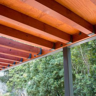 Esempio di un patio o portico minimalista di medie dimensioni e davanti casa con una pergola